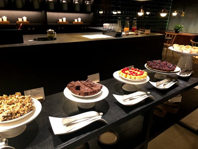 HongKongInternationalAirport_CathayPacificAirlines_lounge_Pier_cake_1-640x480""""