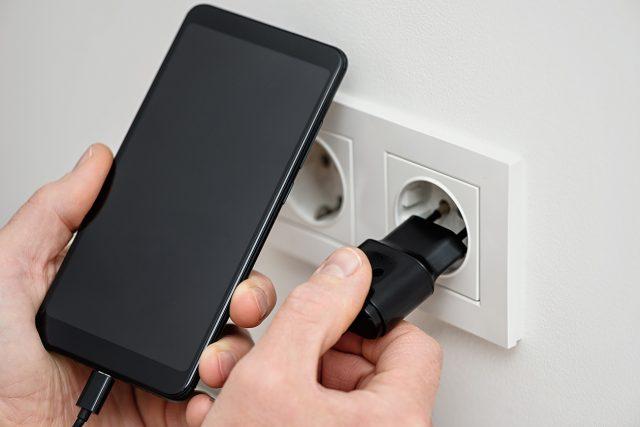 スマホと充電器の写真