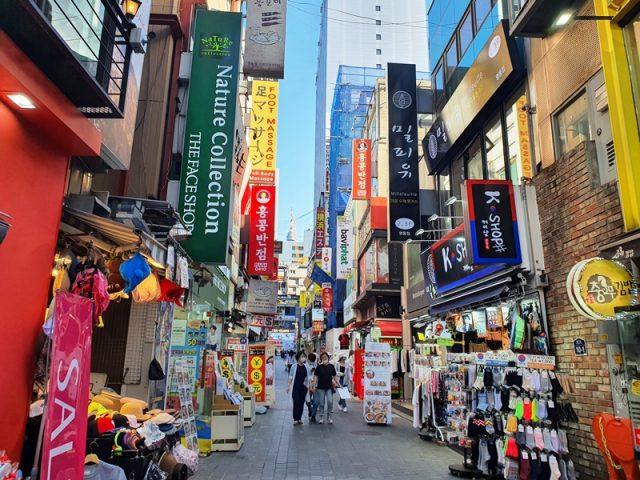 明洞の通りを散策しながらショッピング