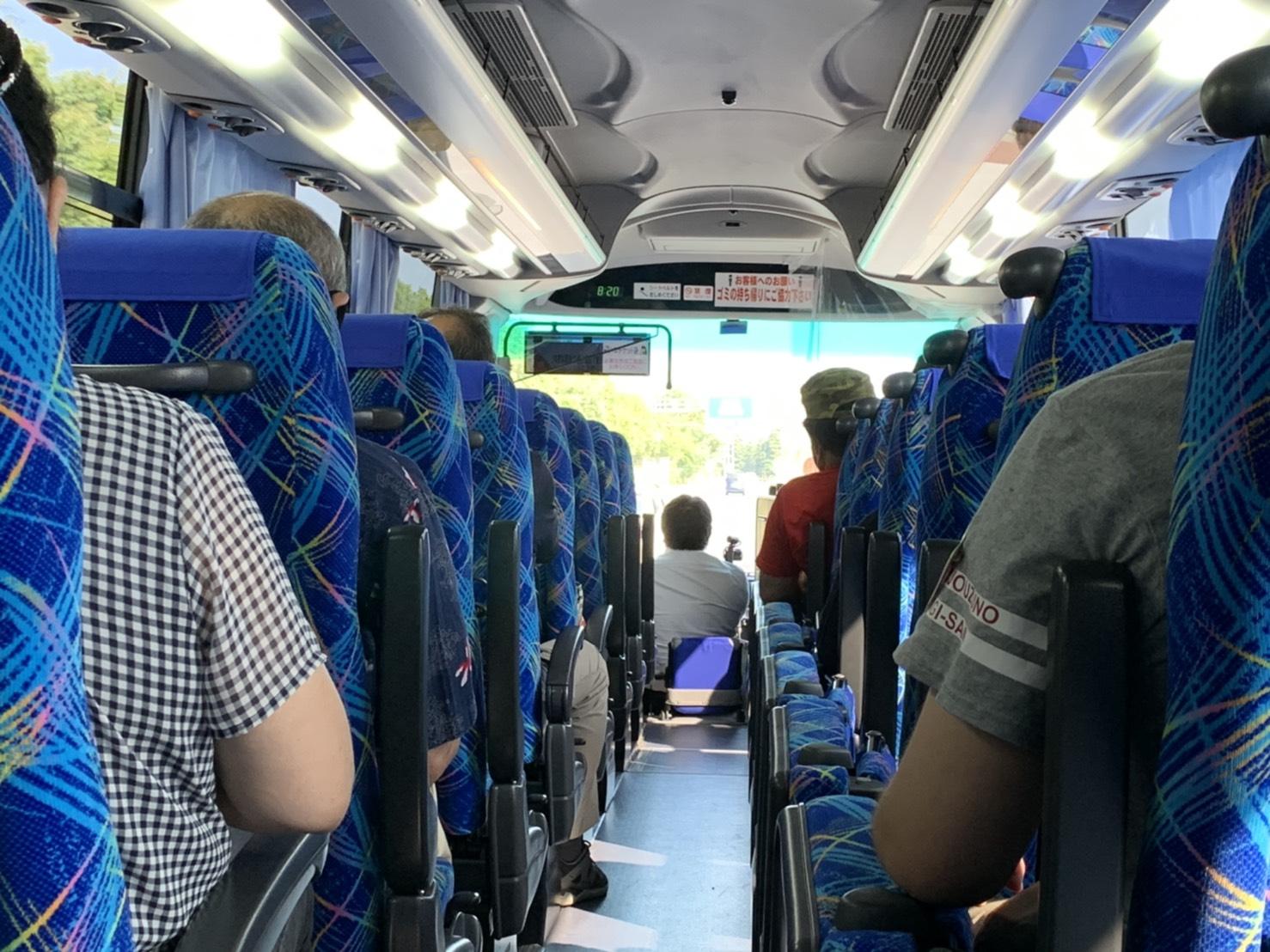バスガイドさんは、お客さんの座席を向かず前を向いたままアナウンス!