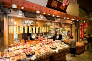 絶品が勢揃い「錦市場」グルメ&人気店19選!ほか、商店街の営業時間やアクセスも